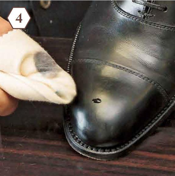 <b>ポリッシュウォーターを一滴</b> 「革にポリッシュウォーターを一滴つけ、やさしくふいていきます。ゴシゴシするのは厳禁」