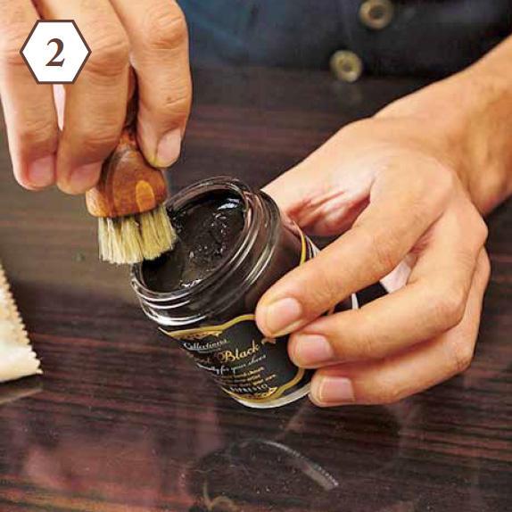 <b>まず濃色から</b> 「濃茶のクリームをブラシで少しずつ塗ります。写真のような小さいブラシがあると便利」
