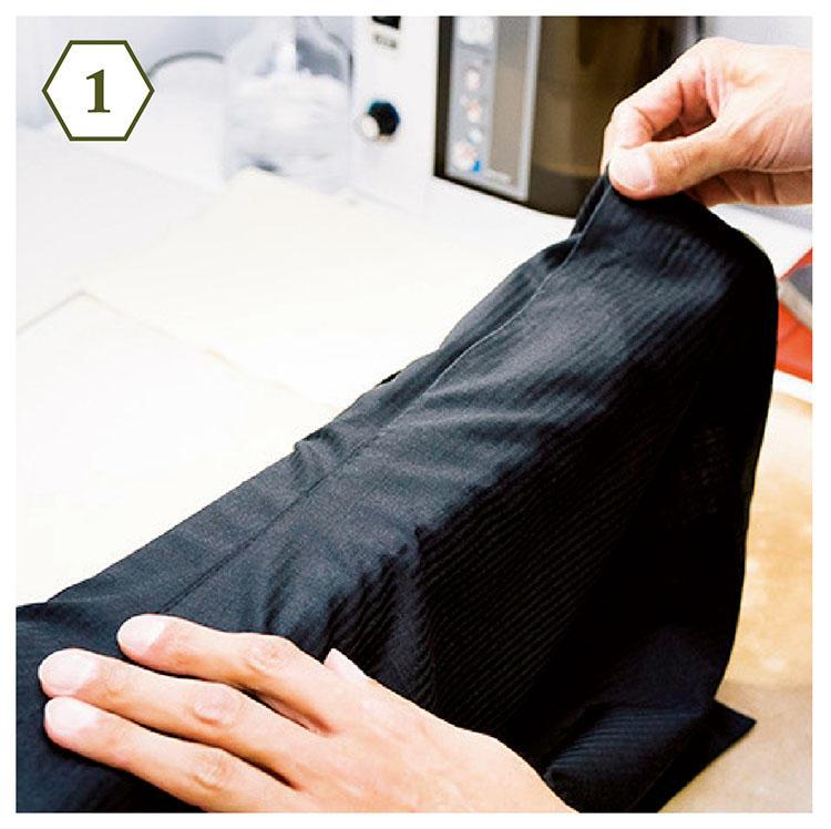 <b>手順1:脇の縫い目をアイロン台に</b> 「アイロンがけをスムーズに運ぶため、身頃のサイドの縫い目をアイロン台の縁に合わせます」
