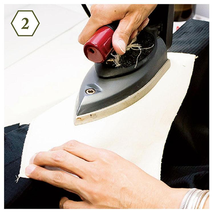 <b>手順2:縫い目に沿ってアイロンを</b> 「縫い目部分に当て布を置き、縫い目のラインに沿ってゆっくりとアイロンをかけていきます」