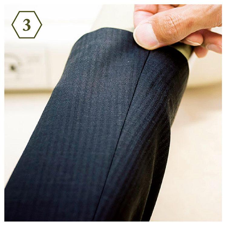<b>手順3:腕部分も同様に</b> 「次はアームのアイロンがけ。見頃と同様、縫い目をアイロン台の縁に沿わせて置きます」