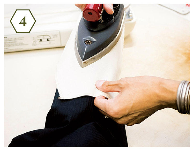 <b>手順4:アイロンがけはやさしく</b> 「こちらも縫い目に沿ってアイロンがけ。アイロンに力を込めず、やさしくかけるのがコツ」