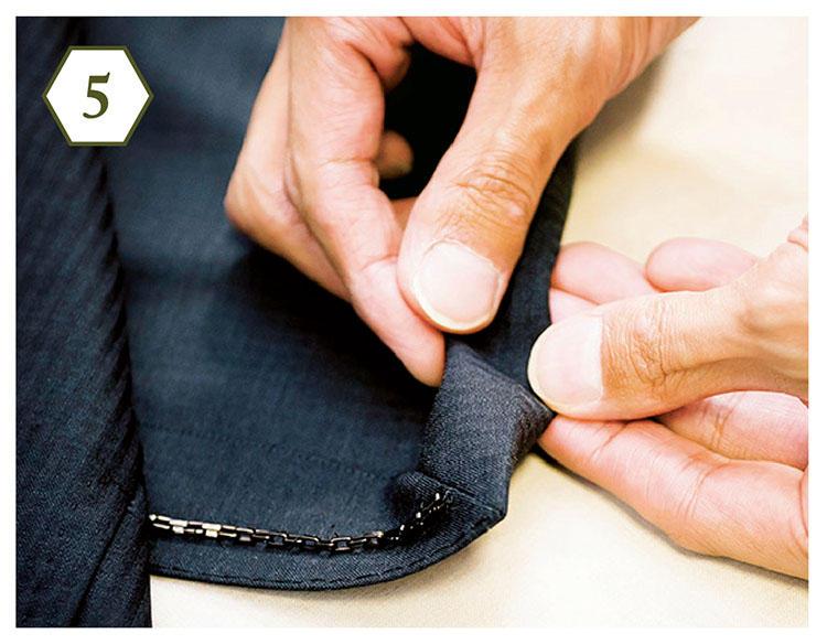 <b>手順5:裾の折り目をチェック</b> 「意外とヨレているのが裾部分。折り目をしっかり確認して、ズレているようならアイロンを」