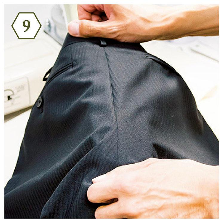 <b>手順9:パンツも縫い目を基点に</b> 「パンツはヒップの縫い目を基点に。ここをしっかりアイロンがけすると、立体感が蘇ります」