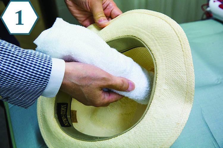 <b>裏から当て布をする</b> 「まずは帽子の山形を整えるために、形が崩れてしまった部分の裏側から当て布をしましょう」