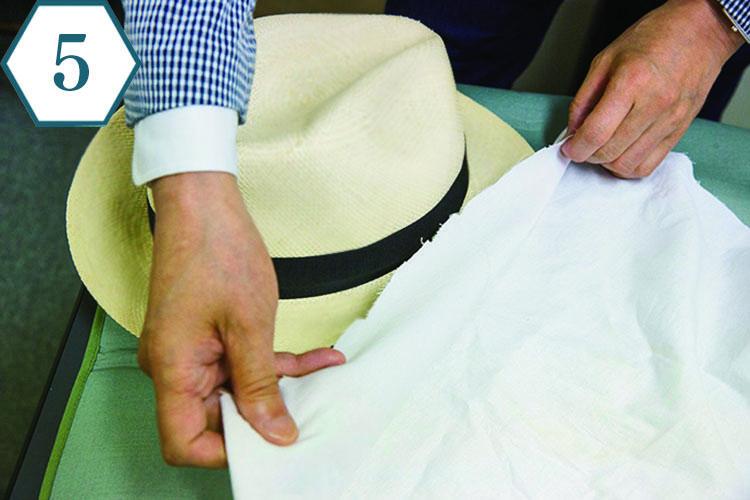 <b>ブリムの表も当て布を</b> 「パナマの顔ともいえるブリム部分を整えていきます。まずは表側に当て布をすることが肝心」