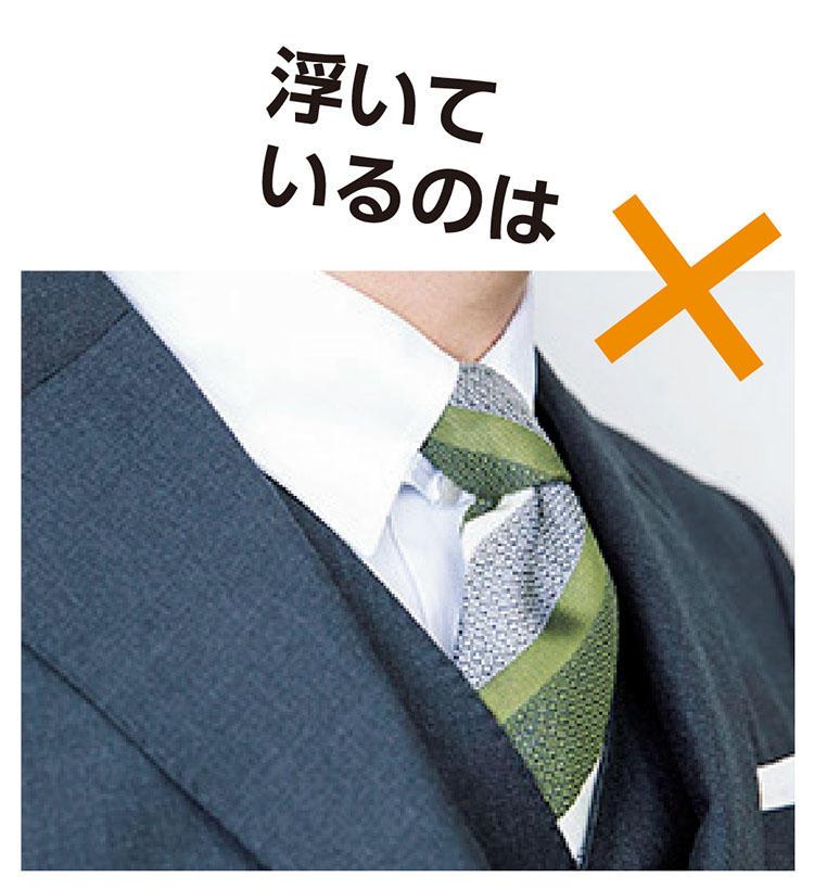 <b>【1】襟が首〜胸に沿っている</b>「写真のように襟が浮いてしまっているのは、ジャケットがタイトすぎる証拠。上襟が首に、ラペルが胸のラインにぴったり沿っているのが正しいフィットです」