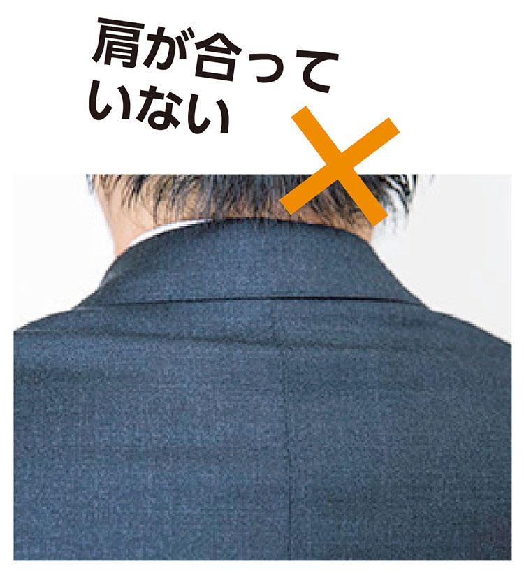 <b>【5】『ツキジワ』が出ない</b>「後ろ襟の下にできる横ジワが、『ツキジワ』。これが出てしまうのは、上着のショルダーラインに対して自分が怒り肩な証拠です。お直しでシワを取ることも可能」