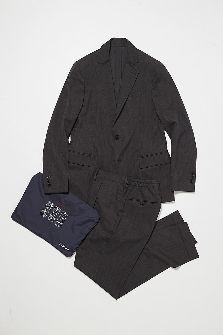 <b>2.ラルディーニの別注パッカブルスーツ</b></br>グレーのサマーウールで仕立てた、背抜きジャケットと後ろゴムパンツのセット。ウールでありながら軽量・撥水・通気性◎・ストレッチと機能性抜群、さらに携帯できる袋付き。11万9000円(ビームス ハウス 丸の内)<br /><a class='u-link--ex' href='http://www.beams.co.jp/item/beamsf/suit/21170063115/' target='_blank'>商品詳細ページ(外部)</a>