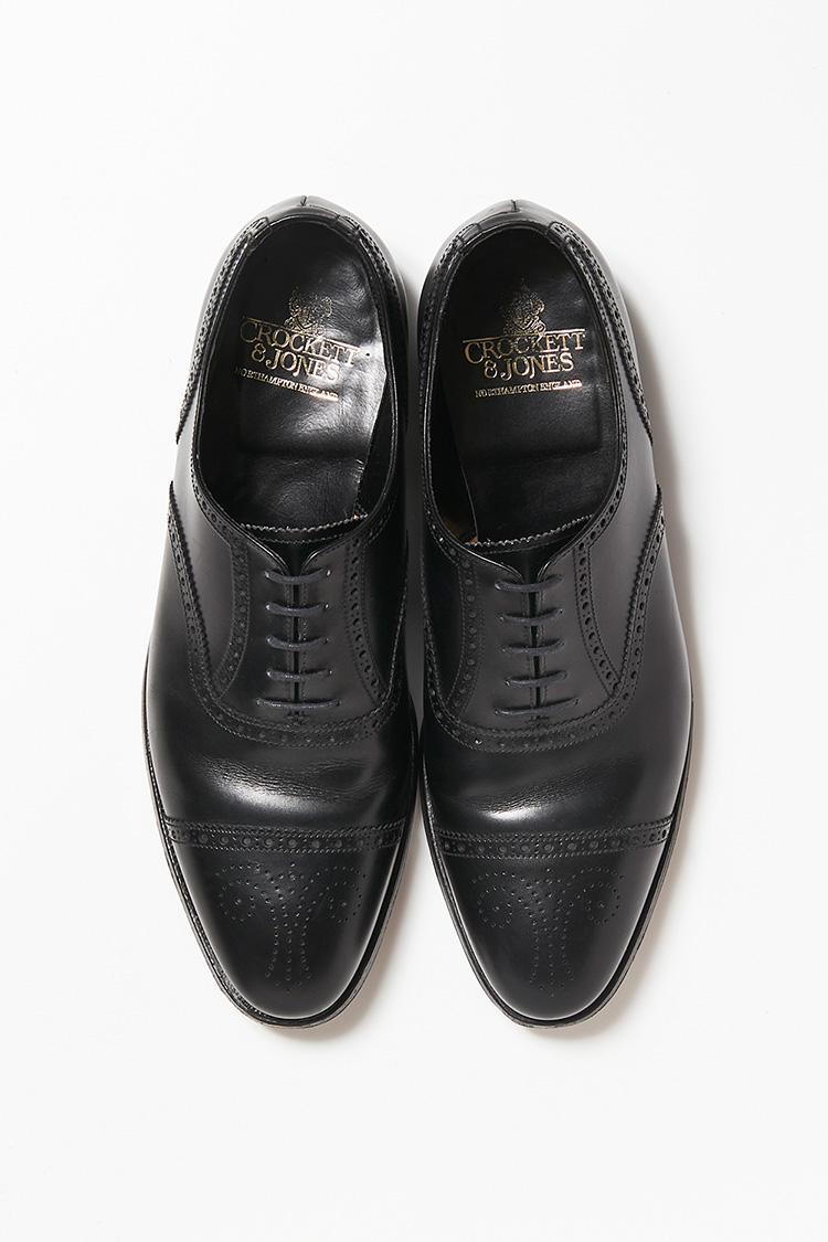 <b>18.クロケット&ジョーンズのセミブローグシューズ</b></br>穴飾りが美しい「コヴェントリー」の黒は、スーツの色を選ばない。7万9000円(ビームス ハウス 丸の内)<br /><a class='u-link--ex' href='http://www.beams.co.jp/item/beamsf/shoes/21320124502/' target='_blank'>商品詳細ページ(外部)</a>