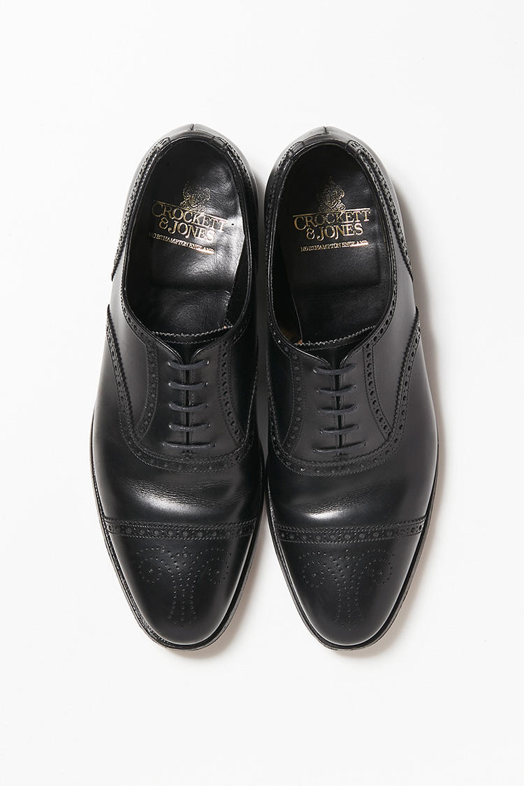 <b>18. クロケット&ジョーンズのセミブローグシューズ</b><br>穴飾りが美しい「コヴェントリー」の黒は、スーツの色を選ばない。7万9000円(ビームス ハウス 丸の内)<br /><a class='u-link--ex' href=' http://www.beams.co.jp/item/beamsf/shoes/21320124502/' target='_blank'>商品詳細ページ(外部)</a>