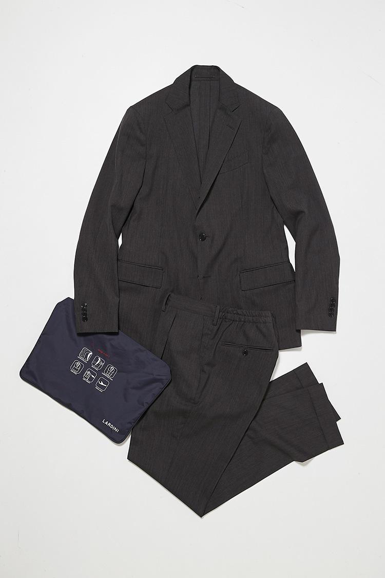 <b>2. ラルディーニの別注パッカブルスーツ</b><br>グレーのサマーウールで仕立てた、背抜きジャケットと後ろゴムパンツのセット。携帯できる袋付き。11万9000円(ビームス ハウス 丸の内)<br /><a class='u-link--ex' href=' http://www.beams.co.jp/item/beamsf/suit/21170063115/' target='_blank'>商品詳細ページ(外部)</a>