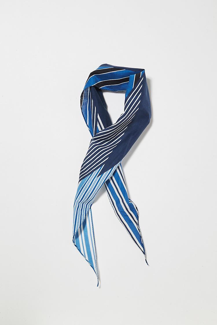 <b>16. アルテアのスカーフ</b><br>ラフに巻くだけでサマになる、不器用には嬉しい菱形のコットンシルクスカーフ。113×26cm。7800円(ビームス ハウス 丸の内)