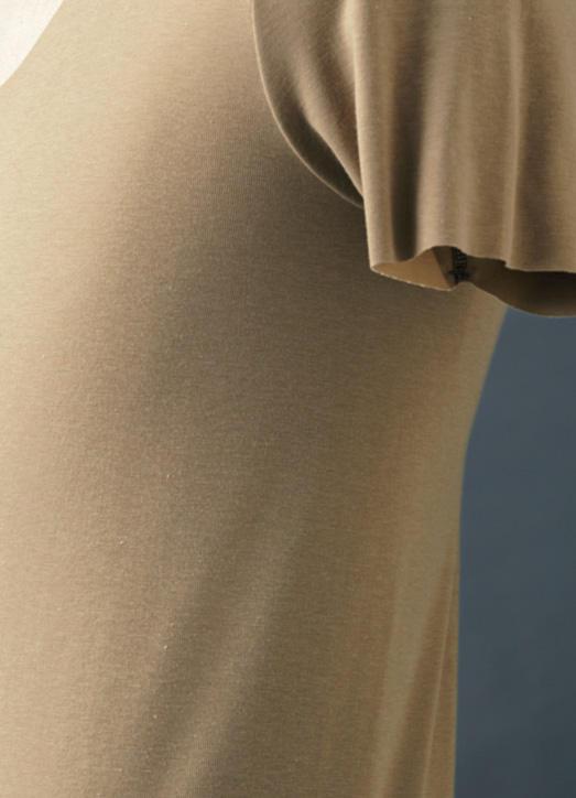 <strong>[着心地を追求]</strong><br />脇に縫い目のないチューブ状のボディにすることで、体の側面のゴロつきを解消。