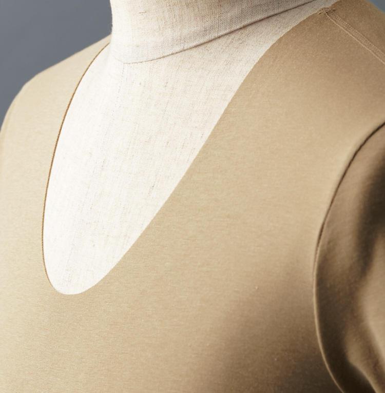<strong>[美しさを追求]</strong><br />シャツの開襟時にもアンダーウェアが覗かないよう、Uネックの開きはかなり深めに設定されている。
