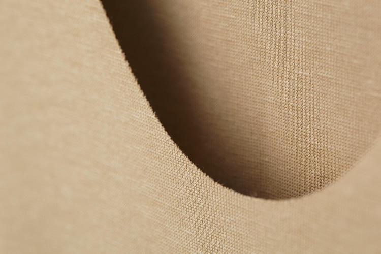 """<strong>[美しさを追求]</strong><br />襟ぐり、袖口、裾などのエッジ部分は""""切りっぱなし""""にしても解れにくいように特殊加工されている。これにより生地端を折り返して解れ止めをする必要がなくなるため、エッジ部分がフラットになり上に着るシャツにあたりが響きにくい。"""