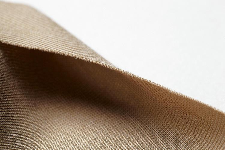 <strong>[美しさを追求]</strong><br />カットオフの断面。まったく縫っていないのに、解れにくいというのがSEEKの凄さだ。洗濯耐久性が高く、耐用年数が長いのも嬉しい。