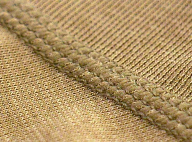 <strong>[美しさを追求]</strong><br />肩部分の縫い目も、フラットシームになっており、シャツ姿になったときも外にシームが響きにくいようになっている。