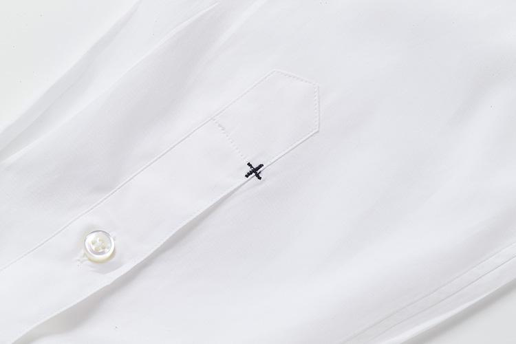 <strong>カンヌキもきちんと</strong><br />左袖の剣ボロには、「+CLOTHET」のアイコンでもある「+」にカンヌキが入っている。力のかかる縫製部の補強用だが、さりげなくブランドを主張するポイントデザインになっている。