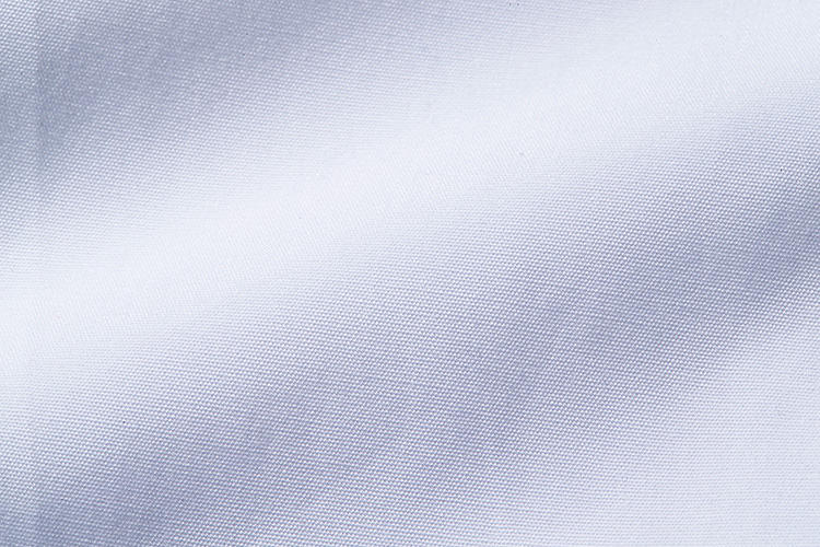 <strong>一見普通の白無地シャツ生地ですが……</strong><br />厳選された糸を使い、打ち込み本数までこだわった、肌触りの良い白シャツだ。