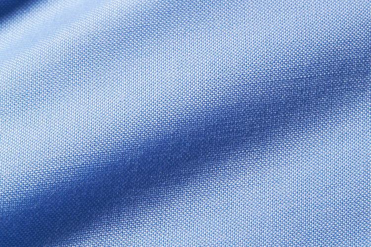 <strong>スーピマコットンオックス</strong><br />通常のオックスフォードより織り目の細かいピンポイントオックスフォードは、肌当たりも滑らか。