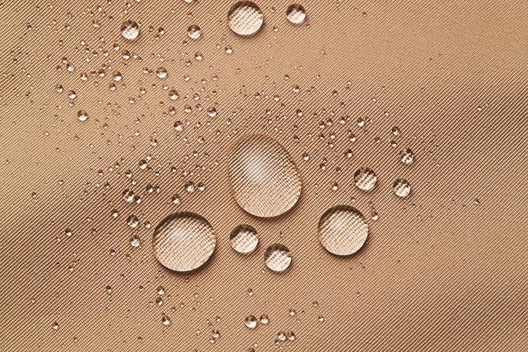 <strong>水はもちろん……</strong><br />コロコロと転がり落ちる水玉。これなら雨の日にはいても、ずぶ濡れになることはなさそうだ。