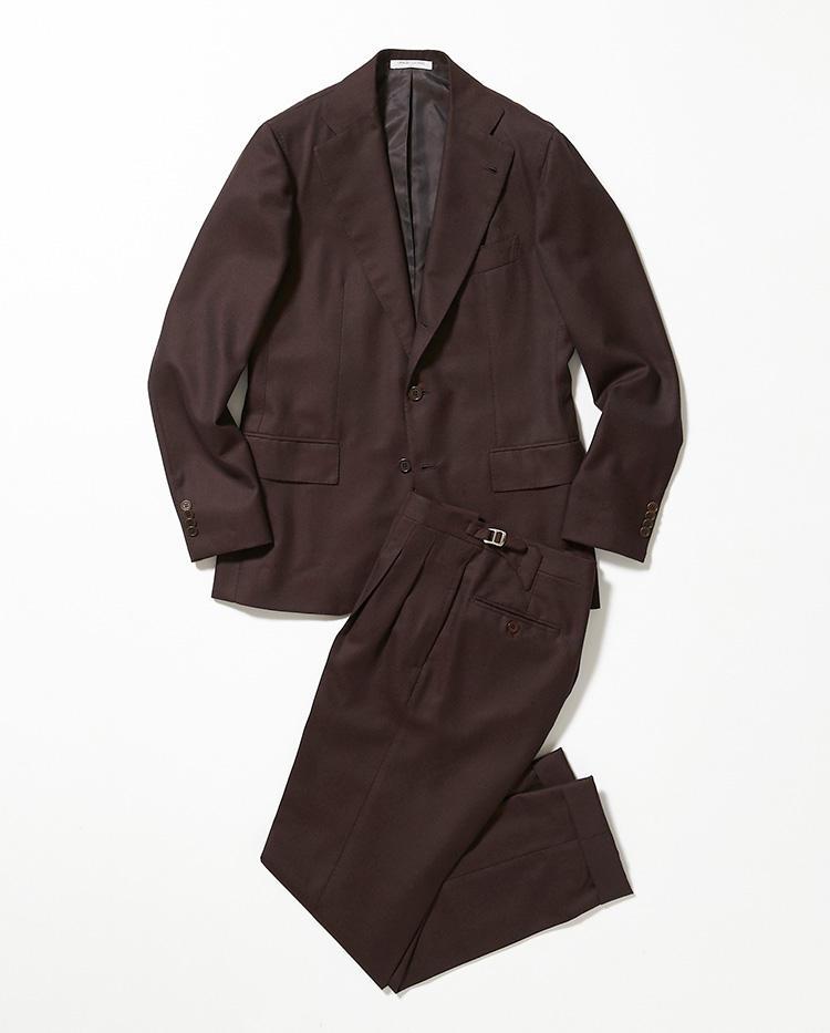 <b>2.オラッツィオ ルチアーノのブラウンスーツ</b><br />キートンの元マスターカッターによる、シルエットが際立つ3つボタンシングルスーツ。落ち着いたブラウンや温かみのあるウール地が、秋冬に似つかわしい。36万円(伊勢丹新宿店)