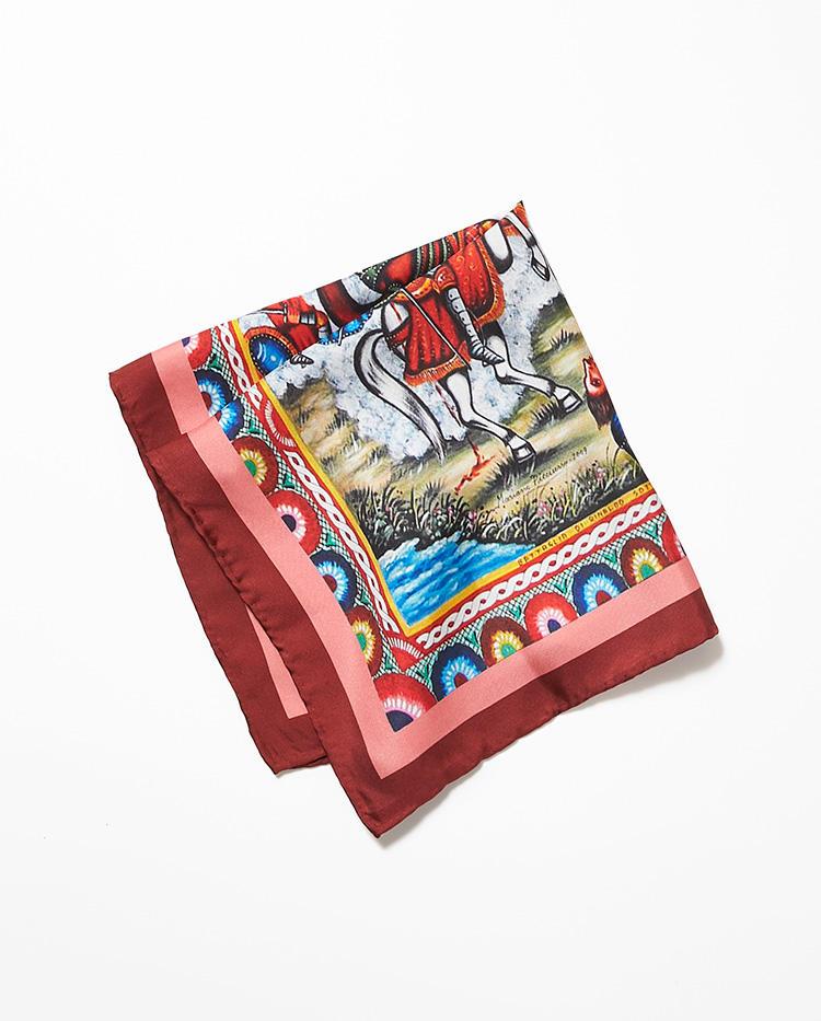 <b>9.スパッカ ネアポリスのネッカチーフ</b><br />イタリアのネクタイは、首に巻いたり、胸ポケットに挿したりできる手頃な53×53cm。一見、派手なこんな柄ほど、じつは格好のアクセントになる。1万円(伊勢丹新宿店)