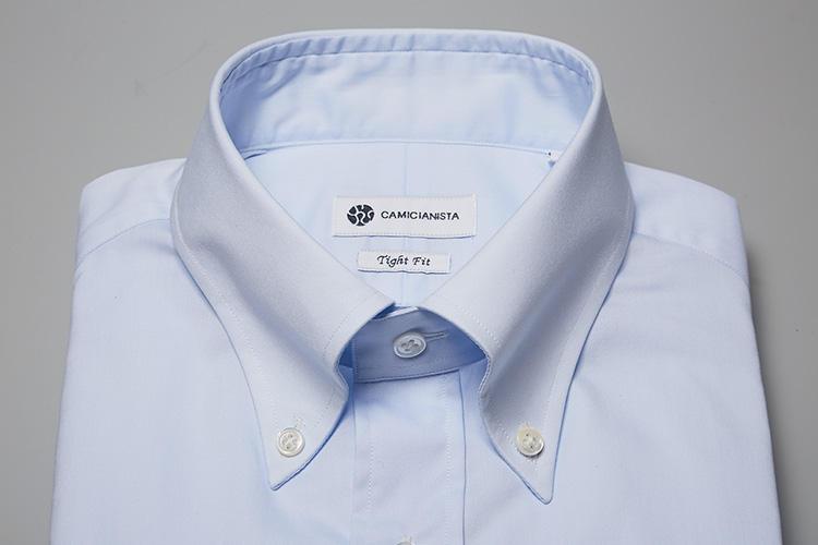 <b>【ボタンダウン】</b><br />スポーティなボタンダウンも、襟羽根のロールが美しく、ノットの収まりがよいイタリアンなスタイル。