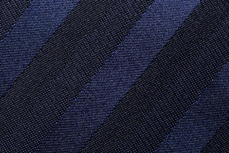 <b>【かすみ織りレジメンタル】</b><br />霞みがかった玉虫色の光沢が浮くことから「かすみ織り」と呼ばれ、古くから高級感のある織物として親しまれている。