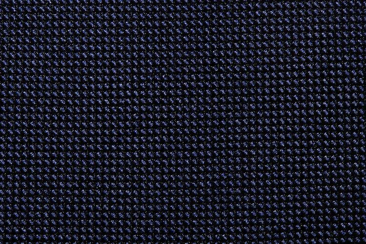 <b>【バスケット織り】</b><br />細かな生地の織り感が浮き上がるバスケット織り。胸元をシックかつモダンに引き締めてくれる。