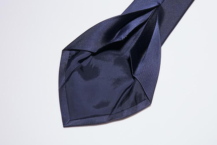 <b>【セッテピエゲ】</b><br />通常のネクタイより生地量が多い7つ織りは贅沢な作り方です。さらにカミチャニスタではビジネス使いしやすいよう裏地と芯地を付けている。