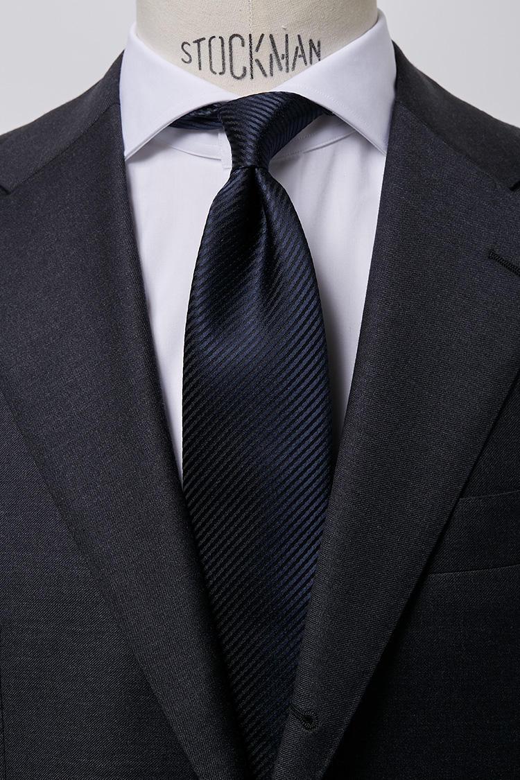 <b>【堅め】<br />白ブロードのホリゾンタルカラーシャツ×ツイルタイ</b><br />ドレッシーな白ブロード生地のシャツにすっきり無地のツイルタイなら誠実さを感じさせる信頼できる人物像を演出できる。ブロードホリゾンタルホワイトシャツ5000円、ツイルタイ6500円