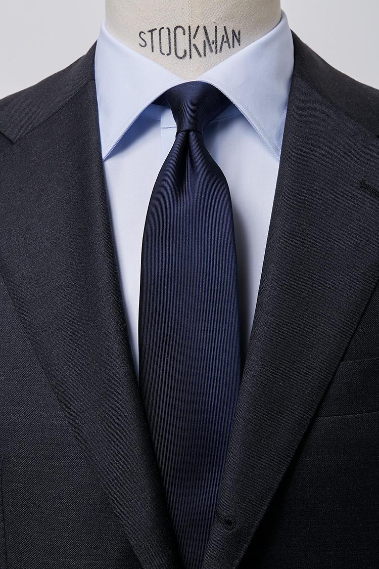 <b>【清潔】<br />サックスブロードのワイドカラーシャツ×サテンタイ</b><br />サックスブルーのシャツとネイビーソリッドタイを合わせるブルーのグラデーションVゾーンは、爽やかで清潔感あふれるコーディネート。ブロードセミワイドサックスシャツ5000円、サテンタイ6500円