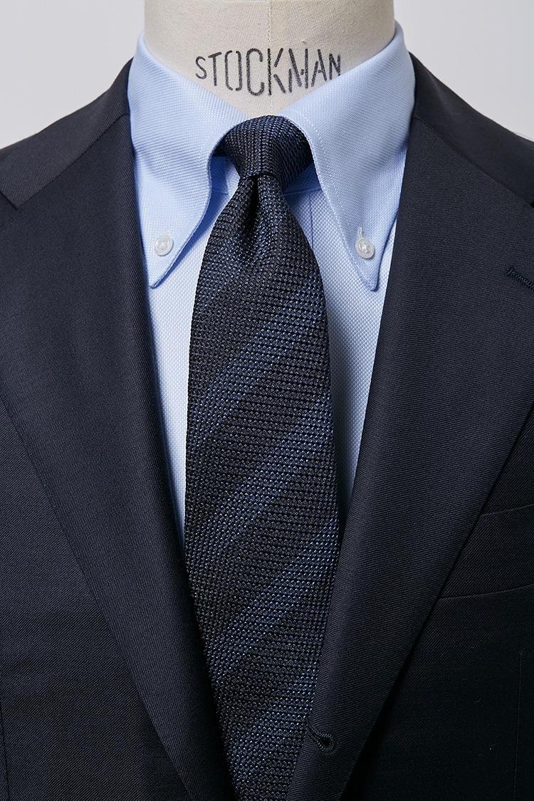 <b>【元気】<br />サックスブルーのロイヤルオックスBDシャツ × レジメンタルタイ</b><br />スポーティなボタンダウンシャツと、若々しいレジメンタルタイの組み合わせはアクティブなビジネスマンの印象です。ロイヤルオックスBDサックスシャツ5000円、レジメンタルタイ6500円