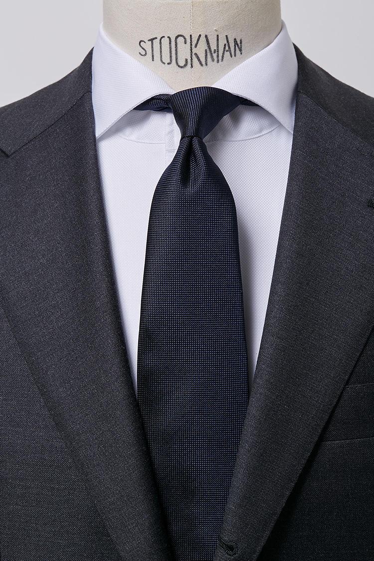 <b>【真面目】<br />ホワイトのロイヤルオックスのワイドオープンカラーシャツ × バスケット織りネクタイ</b><br />白いワイドカラーシャツに光沢を抑えたバスケット織りのタイという組み合わせは、秩序整然を重んじる知的な印象を演出。ロイヤルオックスワイドオープンカラーホワイトシャツ5000円、バスケットタイ6500円