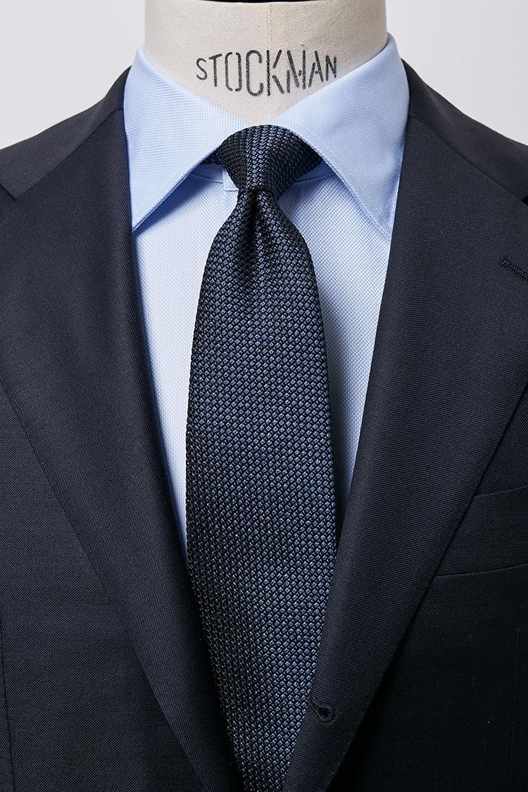 <b>【爽やか】<br />サックスのロイヤルオックスセミワイドカラーシャツ × ネイビータイ</b><br />スーツ、シャツ、ネクタイとブルー系のグラデーションは第一印象も爽やかでスマートな印象。ビジネスマンにとっての鉄板カラーリングといっても過言でない。ロイヤルオックスセミワイドサックスシャツ5000円、フレスコネイビータイ4500円