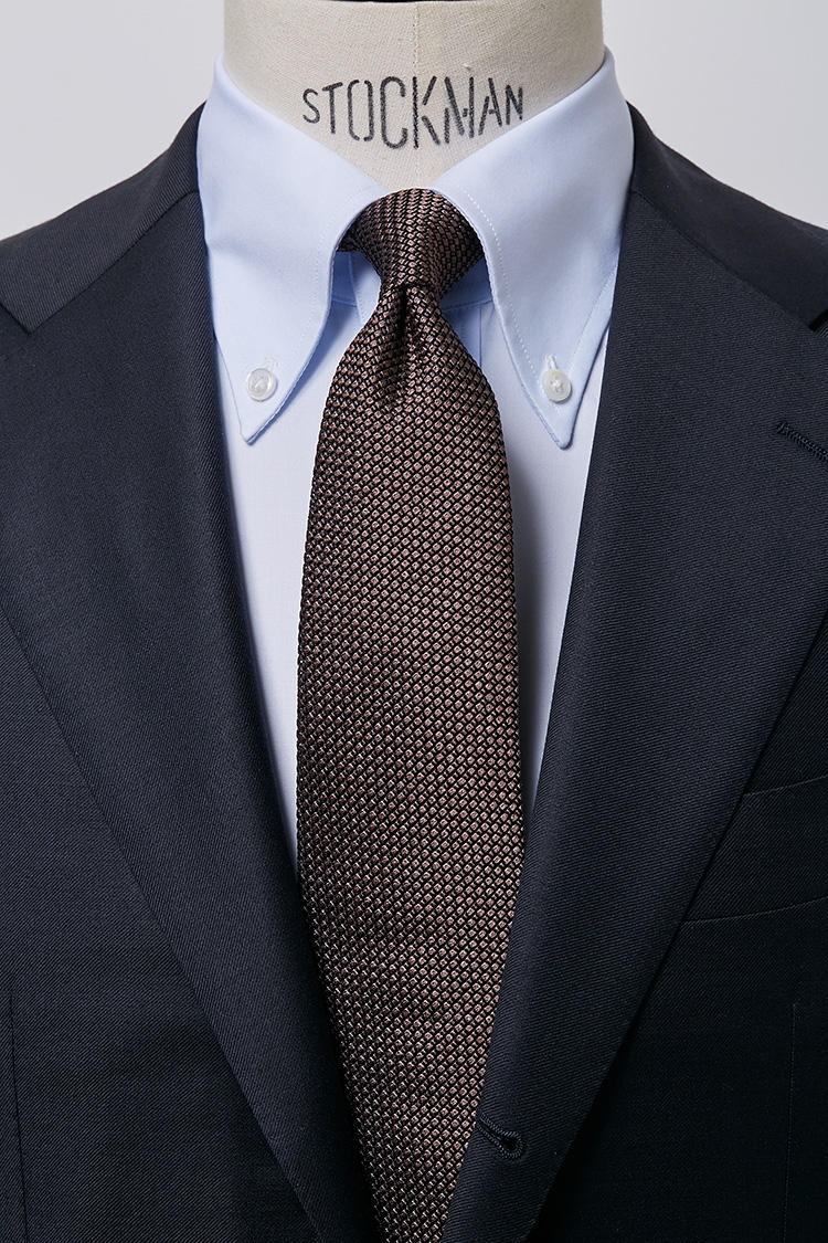 <b>【落ち着き】<br />サックスブロードのBDシャツ × ブラウンタイ</b><br />ブラウンのもつ落ち着いた印象で、安心、安定、頼りがいのある人物像をアピール。社会的地位あるエグゼクティブにふさわしいカラーリング。ブロードBDサックスシャツ5000円、フレスコブラウンタイ4500円