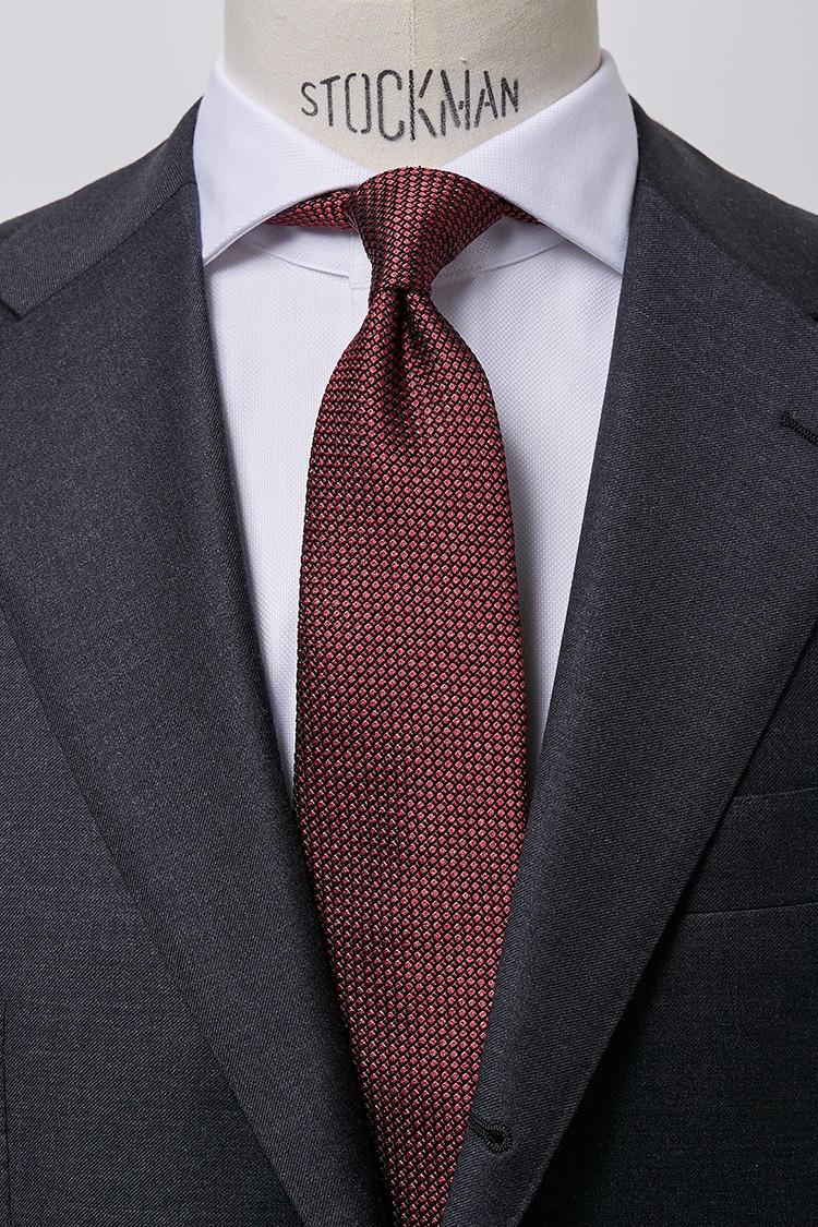 <b>【華やか】<br />ホワイトブロードのホリゾンタルカラーシャツ × ボルドータイ</b><br />ボルドーカラーは口の中でふんわりと香りが花開く芳醇なワインのような華やかさがある。会食やレセプションなどの席に色を添えるのに最適。ロイヤルオックスホリゾンタルホワイトシャツ5000円、フレスコワインタイ4500円