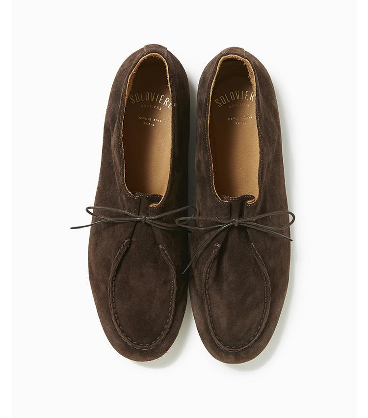 <b>22.ソロヴィエールの茶靴</b><br />ブラウンスエードで仕立てた、内張りのないアンライニングシューズ。柔らかな仕立ての靴は足元にこなれ感や抜け感をもたらし、たちまちお洒落上級者風に演出してくれる。5万5000円(トゥモローランド)