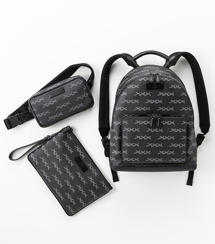 全体に「XXX」プリントをあしらった黒のキャンバスバッグシリーズ。右:リュック13万9000円、左上:取り外し可能なストラップが付いたミニベルトバッグ8万9000円、左下:ストラップ付きポーチ5万9000円