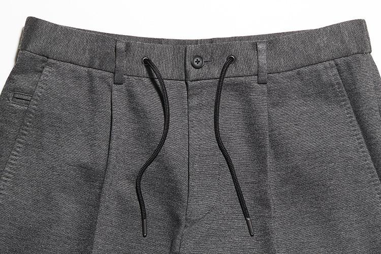 <strong>パンツはドローコード付き</strong><br />ウエストにドローコードが付いたリラックス仕様。カジュアルな雰囲気で着たいときにはドローコードをアクセントに。