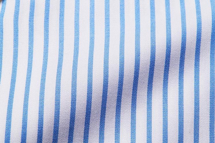 <strong>生地は若々しいブルーストライプのマイクロツイル</strong><br />「シャツは素肌に一枚で着る」という樗澤は、清潔感あふれるブルーストライプの200番手双糸マイクロツイルを選択。「肌触りがつるつるで最高! こんな高級生地のシャツが憧れだったんです!」