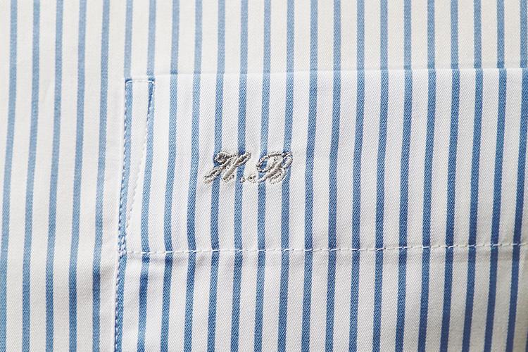 <strong>胸ポケの縁に、グレーの控えめイニシャル刺繍</strong><br />ポケットの口布部分に、イニシャル刺繍を入れた。「見せびらかすつもりはないですが、オーダーシャツを着ていることに気づいてほしいので、あえて薄い色の刺繍糸を選びました。上品で気に入ってます」