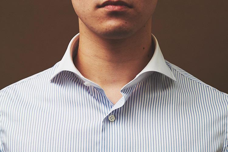 <strong>ノータイでも活用したい!</strong><br />ホリゾンタルは元々フォーマル用の襟型だが、ノータイでも襟が横開きしないのでクールビズなどでも活躍する。「通年で着られるコスパは嬉しいですね。来年の夏まで大切に着ます!」