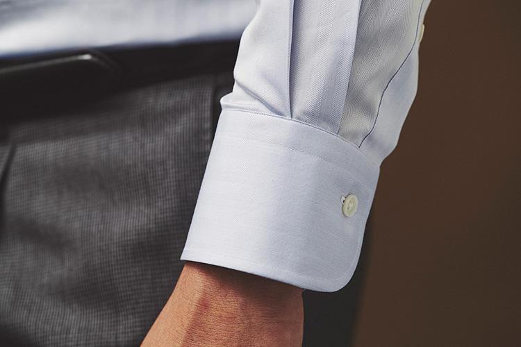 <strong>袖はシングルカフでシンプルに</strong><br />今回は平日用のビジネスシャツということで、カフスはオーセンティックなシングルカフ。ドレスアップするとき用のシャツはダブルカフスにして差をつけるのだそう。