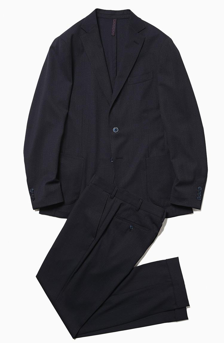 <b>1.サンタニエッロのパッカブルスーツ</b><br />付属のポーチに畳んで収納できるパッカブル仕様やストレッチ、耐シワ性といった機能を備えた一着。一方で見た目は機能系スーツにありがちなカジュアル顔とは一線を画し、しっかりドレスな佇まいを実現しているのもポイント。一見グレー無地に見えるが同系色のマイクロストライプが走り、汎用性がありつつ単調にならない柄行きだ。7万9000円(ラ ガゼッタ 1987 青山店)