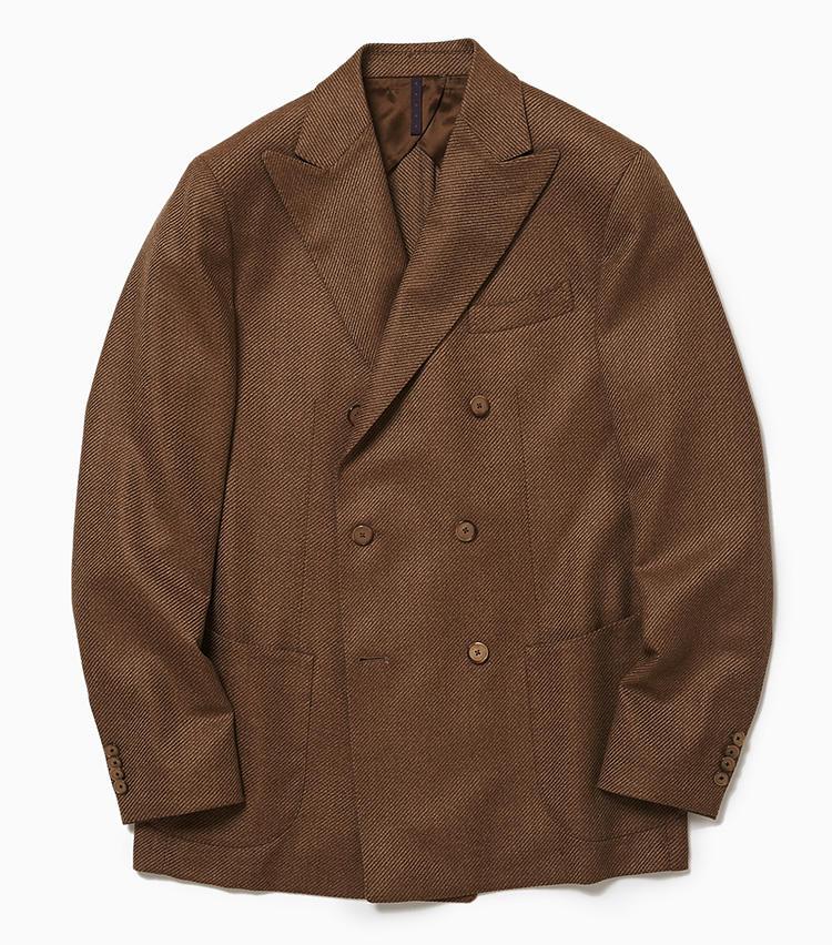 <b>2.サンタニエッロのダブルジャケット</b><br />南伊サレルノの工房で作られる本格仕立て「サルトリアーレ」シリーズのウールジャケット。キャメルカラーの美しい発色と、凹凸のはっきりした畝が並ぶ生地感が特徴的だ。カーブした胸ポケットや肩口にギャザーを寄せた雨降らし袖など南イタリア的な仕立てを基調としつつ、狭めのボタン間隔や小ぶりなラペルなどクリーンな表情も併せ持っている。7万9000円(ラ ガゼッタ 1987 青山店)