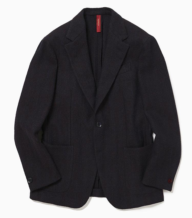 <b>3.エルネストのヘリンボーン柄ジャケット</b><br />ブルーとブラウンが浮かぶ複雑な表情のヘリンボーン織り。ベーシックな紺ジャケのように着回せて、素材でさりげなく個性を演出できる一着だ。ツイードのような生地だが着心地は非常に軽く、カーディガンを羽織っているような感覚。見た目にも大変軽快で、オンオフ問わず活用できるのが便利だ。12万円(ラ ガゼッタ 1987 青山店)