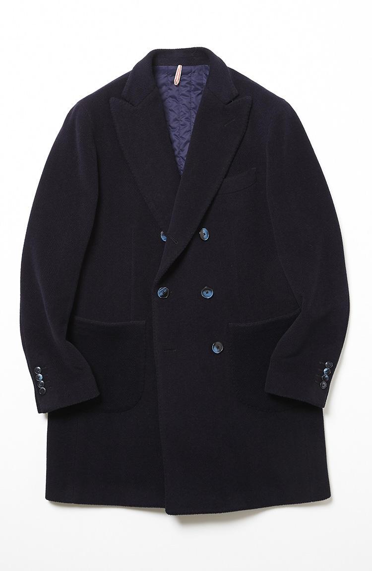 <b>4.サンタニエッロのダブルコート</b><br />アルパカ60%+ウール40%による柔らかな肌触りが魅力の一着。ダブルブレストだがスポーティなパッチポケット仕様で、着丈も短めのため、いかめしい印象にならずカジュアル使いしてもサマになる。身頃裏には中綿入りのキルトライニングが装着されていて、ニットの上にさらりと羽織るだけで十分暖かい。9万7000円(ラ ガゼッタ 1987 青山店)